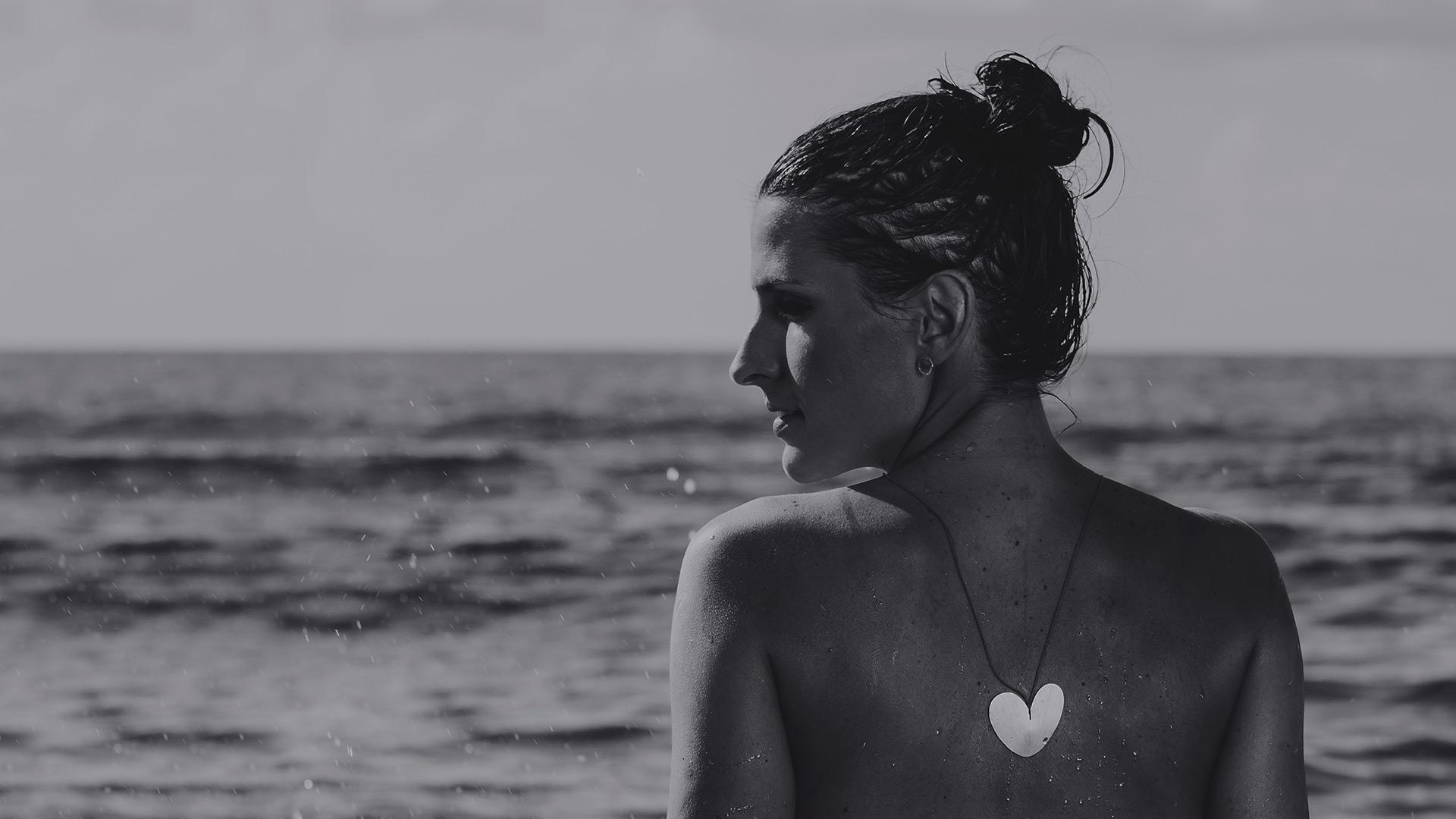 Modelo en el Mar con el Colgante Corazón de Oro